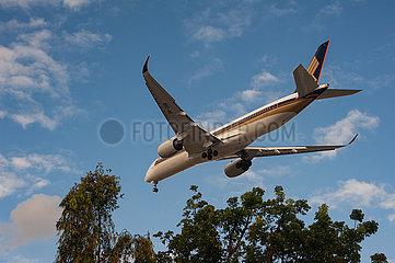 Singapur  Republik Singapur  A350 Passagierflugzeug der Singapore Airlines beim Landeanflug auf den Flughafen Changi