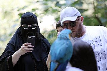 Keda  Georgien  Frau im Niqab fotografiert mit ihrem Smartphone