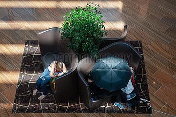 Singapur  Republik Singapur  Menschen entspannen sich auf Sofas in einem Einkaufszentrum in Marina Bay Sands