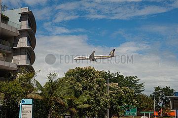Singapur  Republik Singapur  B787 Passagierflugzeug der Singapore Airlines beim Landeanflug auf den Flughafen Changi