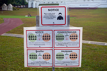 Singapur  Republik Singapur  Mehrsprachige Hinweisschilder zur Gruppengroesse und Maskenpflicht im Freien