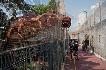 Singapur  Republik Singapur  Menschen neben dem Modell eines Tyrannosaurier Dinosauriers auf der Changi Jurassic Mile