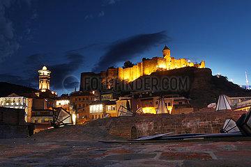 Tiflis  Georgien  Blick auf die Festung Narikala ueber der Altstadt am Abend