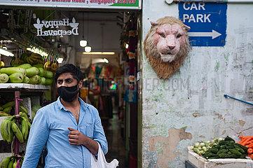 Singapur  Republik Singapur  Mann mit Corona-Mundschutz kauft im Stadtteil Little India Lebensmittel ein