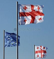 Tiflis  Georgien  Nationalfahnen von Georgien und die Europafahne