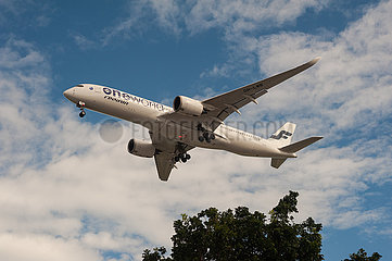 Singapur  Republik Singapur  A350 Passagierflugzeug der Finnair beim Landeanflug auf den Flughafen Changi