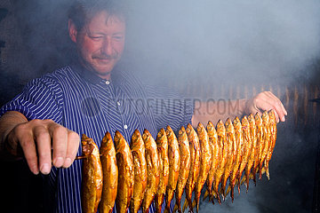 Selenter See. Fischer beim räuchern
