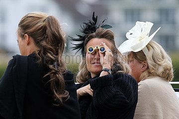 Iffezheim  Deutschland  Frau mit Hut schaut durch ihr kleines Fernglas