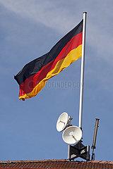 Iffezheim  Deutschland  Nationalfahne der Bundesrepublik Deutschland und Satellitenschuesseln