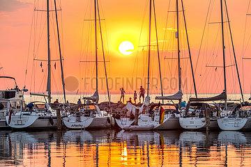 Ostseeinsel Poel  Sonnenuntergang am Hafen von Timmendorf Strand