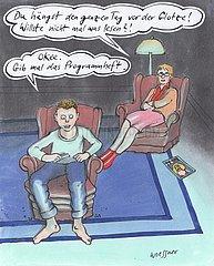 Junge diskutiert mit Mutter vor Fernseher