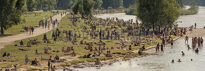 Muenchener geniessen den Sommer an der Isar  Muenchen  August 2020