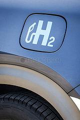 Wasserstoffauto tankt H2 Wasserstoff an einer H2 Wasserstofftankstelle  Herten  Nordrhein-Westfalen  Deutschland