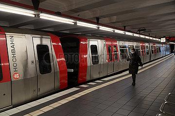 Deutschland  Hamburg - Wenig Menschen im U-Bahnhof in Coronazeiten
