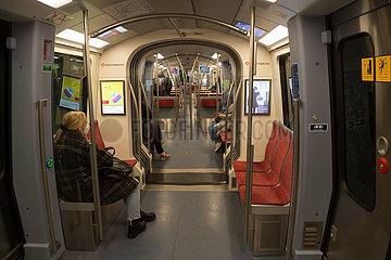 Deutschland  Hamburg - Wenig Menschen in der U-Bahn in Coronazeiten