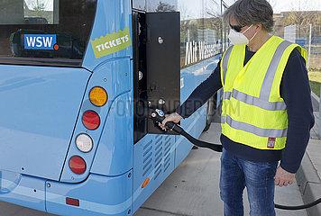 Wasserstoffbus tankt H2 Wasserstoff an einer H2 Wasserstofftankstelle  Herten  Nordrhein-Westfalen  Deutschland