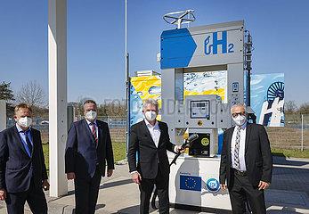 NRW Wirtschaftsminister Pinkwart  Pressetermin an der H2-Tankstelle  Herten  Nordrhein-Westfalen  Deutschland