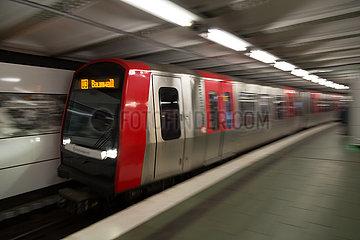Deutschland  Hamburg - U3 verlaesst U-Bahnhof