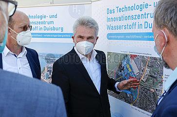 NRW Wirtschaftsminister Pinkwart  Pressetermin beim ZBT Zentrum fuer BrennstoffzellenTechnik Duisburg  Nordrhein-Westfalen  Deutschland