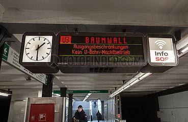Deutschland  Hamburg - Hinweis U-Bahnhof St.Pauli auf coronabedingte Ausgangssperre (21-5h) und nicht stattfindenden Nachtbetrieb der U-Bahn