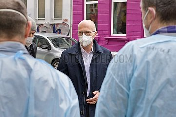 Tschentscher besucht Corona-Testzentrum