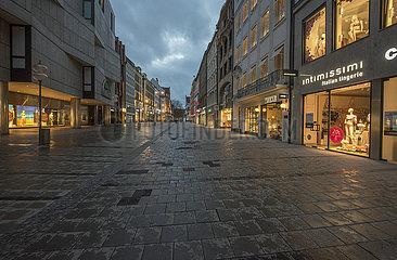 leere Kaufingerstrasse  Muenchen  7. April 2021 abends