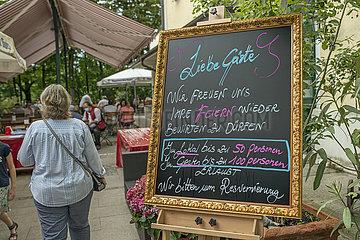 Schild Coronabeschraenkungen im Biergarten eines Restaurants  Muenchen  Juni 2020