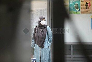 Frau mit Schleier und FFP-2-Maske