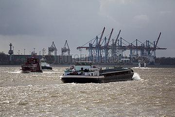 Deutschland  Hamburg - Binnenschiff und Barkassen auf der Elbe  hinten Containerhafen  Blick von den Landungsbruecken