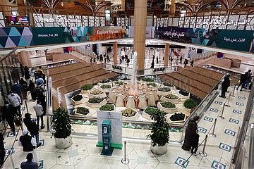 Riad  Saudi-Arabien  Menschen im Terminal des King Khalid International Airport