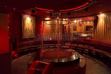 Deutschland  Hamburg - Stadtteil St.Pauli in der Corona-Tristesse  im Inneren der leeren Stripteasebar Susis Show Bar an der Reeperbahn/Grosse Freiheit