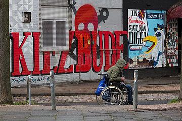 Deutschland  Hamburg - Stadtteil St.Pauli in der Corona-Tristesse  arm wirkender Rollstuhlfahrer in Seitenstrasse der Reeperbahn