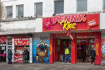 Deutschland  Hamburg - Die Reeperbahn im Stadtteil St.Pauli in der Corona-Tristesse  Penny-Supermarkt neben Bierausschank