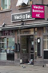 Deutschland  Hamburg - Die Reeperbahn im Stadtteil St.Pauli in der Corona-Tristesse  Obdachloser kampiert im Eingang geschlossener Kneipe