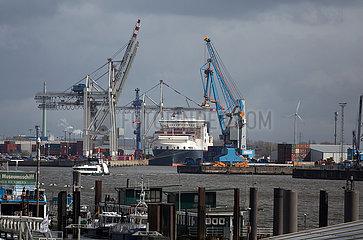 Deutschland  Hamburg - Blick von den Landungsbruecken Richtung Containerhafen