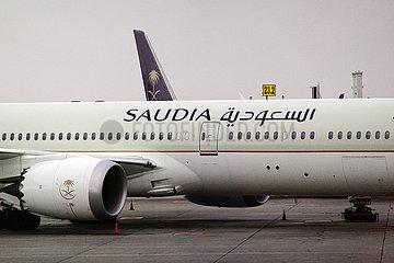 Riad  Saudi-Arabien  Flugzeug der Saudi Arabian Airlines auf dem Vorfeld des Flughafen King Khalid International Airport