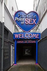Deutschland  Hamburg - Eingang zum Bordell Paradise Point of Sex an der Reeperbahn  Stadtteil St.Pauli in der Corona-Tristesse