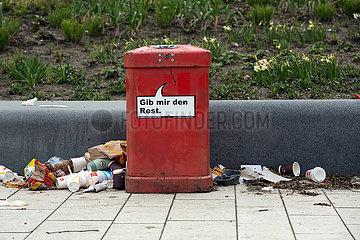 Deutschland  Hamburg - Muell neben einem ueberfuellten Abfalleimer an der Strasse