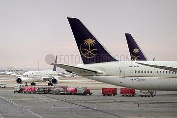 Riad  Saudi-Arabien  Flugzeuge der Saudi Arabian Airlines auf dem Vorfeld des Flughafen King Khalid International Airport