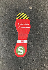 Berlin  Deutschland  Sticker: S-Bahn Ersatzverkehr klebt zur Orientierung auf dem Boden