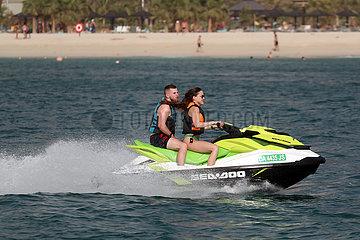 Dubai  Vereinigte Arabische Emirate  Mann und Frau fahren Jetski