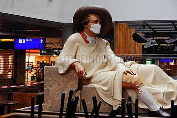 Frankfurt am Main  Deutschland  Goethe-Statue im Terminal des Flughafen traegt einen Mund-Nasen-Schutz