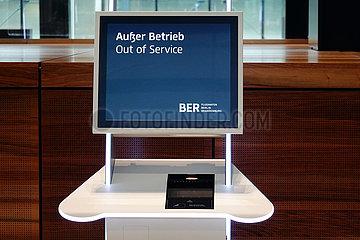 Schoenefeld  Deutschland  Check-in-Automat im Terminal des Flughafen Berlin-Brandenburg International BER ist ausser Betrieb