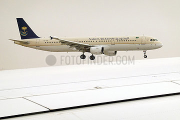Riad  Saudi-Arabien  Airbus A321 der Saudi Arabian Airlines im Flug