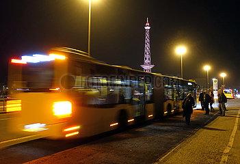 Berlin  Deutschland  Menschen stehen bei Nacht am Bahnhof Messe Nord/ICC an einer Bushaltestelle