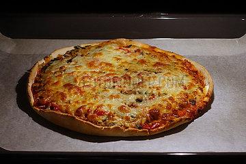 Berlin  Deutschland  Pizza in einem Backofen