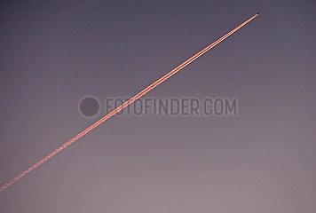 Berlin  Deutschland  Flugzeug hinterlaesst am Morgen Kondensstreifen am Himmel
