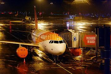 Schoenefeld  Deutschland  Flugzeug der easyjet steht bei Nacht auf dem Vorfeld des Flughafen Berlin-Brandenburg International BER