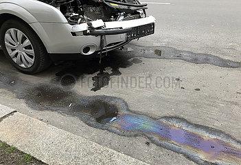 Berlin  Deutschland  Unfallwagen und Benzinfleck am Strassenrand