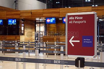 Schoenefeld  Deutschland  Wegweiser vor einem gesperrten Check-in auf dem Flughafen Berlin-Brandenburg International BER